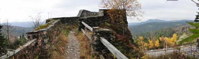 Kousek pod Svarohem leží zřícenina malého strážního hrádku. Je snadno dosažitelný, protože hned pod ním je po obou stranách cesty parkoviště.