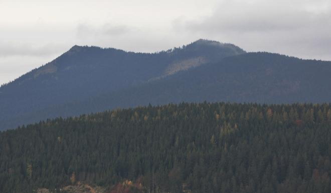 Výhled směrem na Cham a oba vrcholy Ostrého je dnes trochu horší. Podmínky nejsou ideální.