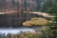 Tráva zbarvená do žluta až červena dodává jezeru tu správnou náladu.