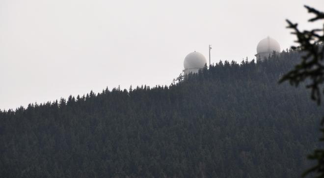 Pohled vzhůru k Javoru odhaluje obě věže, tak charakteristické pro nejvyšší Šumavskou horu.