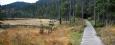 V zadní části jezera jsou povalové chodníky před rozlehlou mokřinu.