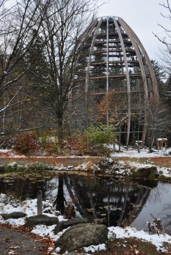Bavorská Stezka korunami stromů je ve tvaru vejce. Její výhoda je, že na rozdíl od lipenské je zasazena do smíšeného lesa.