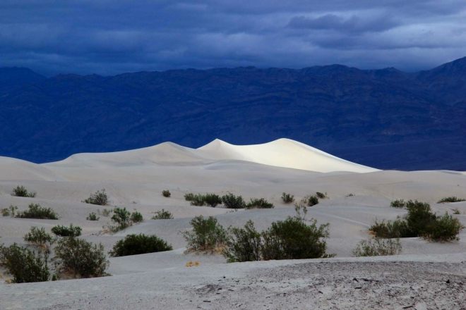 California, Death Valley, Mesquite Sand Dunes -  sluncem osvětlená duna