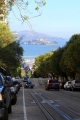 California, San Francisco - typická kopcovitá ulice, na pozadí věznice Alcatraz