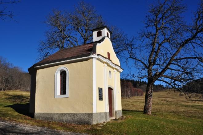 Kaple na Starých Hutích je krásně opravená.