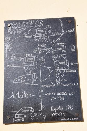 Cedule ukazuje, kde stály kdysi domky i kdo v nich bydlel.