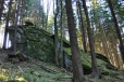 Na snižujícím se hřebínku je rozeseto několik mohutných skalních útvarů, které jsme museli prozkoumat.