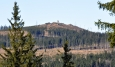 Z cesty dobře vidíme lesním průsekem Knížecí stolec. Ten nás čeká další den.