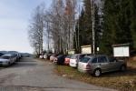 Parkoviště se hezky zaplnilo. V létě tady musí být tuplem nával. Snad se ale brzy bude jezdit po cestě ze Záhvozdí do Arnoštova volně. Potom se nechá parkovat až u rybníčku u lesní cesty Tyrolka.