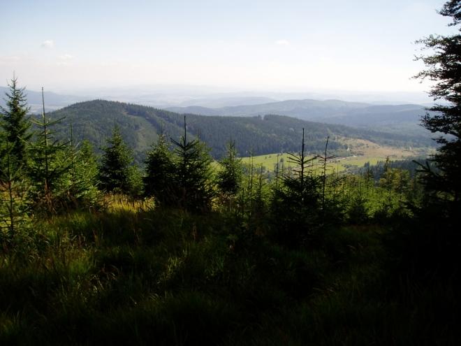 Velký Plešný z Chlumu. Oba vrcholy lze propojit cekem jednoduše v jedinou celodenní túru.