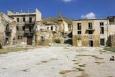 Poggioreale - hlavní náměstí, uprostřed kostelní věž, vlevo je vidět, že novější budovy byly odolnější