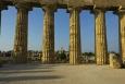 Pohled z vnitřku Tempio E - v popředí ruiny Tempio F, na pozadí poněkud zachovalejší Tempio G