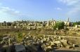 Pohled od Tempio E - v popředí ruiny Tempio F, na pozadí poněkud zachovalejší Tempio G