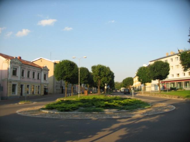 Centrum města je v podstatě tvořeno prostranstvím okolo kostela a tímto kruhovým objezdem s navazující ulicí.