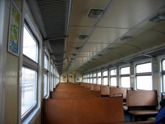Díky širokému sovětskému rozchodu a mizivé obsazenosti je ve vlaku spousta místa.