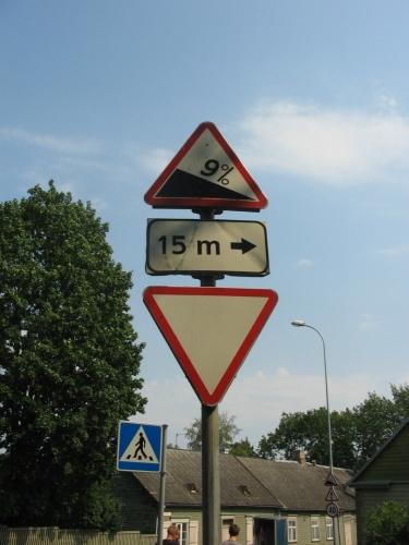 Dlouhá ulice Jakobi se pěkně svažuje. V Lotyšsku kdesi u Cēsis jsme zahlédli upozornění i na čtyřprocentní klesání silnice, takže si myslím, že devět procent už se v Pobaltí dá považovat za extrém.