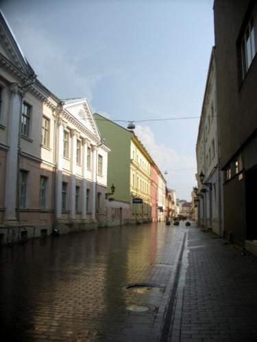 """Na druhém břehu jsme se moc nezdrželi, pravý je zajímavější. Nahlédnutí do ulice Rüütli (""""Rytířská""""), hlavní pěší zóny v centru."""