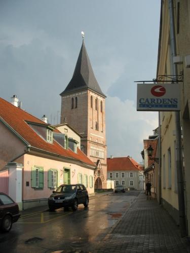 Ulice Jaani s kostelem sv. Jana (Jaani Kirik). Jeho ruiny z druhé světové války sloužily dlouhá desetiletí jako sklad, obnoven byl teprve nedávno.