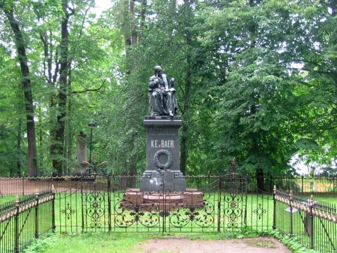 Prohlídka starého města nám netrvala dlouho, je skutečně malinké. Vystupujeme ještě na městský vrch Toome (Toomemägi), kde se nachází plno dalších zajímavosti. Na místní univerzitě studoval například i Karl Ernst von Baer, jeden ze zakladatelů embryologie. Hlavu jeho sochy omývají studenti každou Filipojakubskou noc šampaňským.