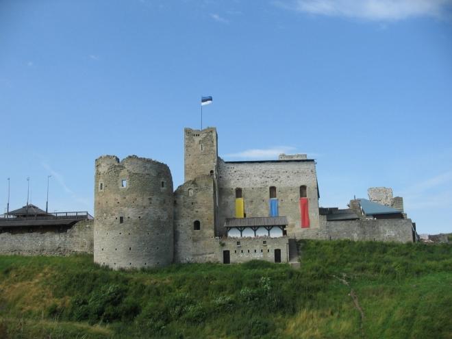 Rakverský hrad byl vybudován ve 14. století, zřícenina se nachází na travnatém hřbítku na západě města.