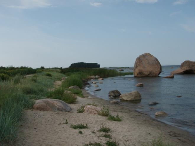 Tento písečný výběžek se klikatí až k ostrovu, z větší části je však schován pod vodou.