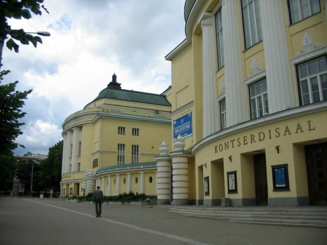 Divadlo Estonia vyrostlo při okraji historického centra v roce 1913 jako největší stavba ve městě. Po rozbombardování sovětskými nálety ke konci druhé světové války byla původně secesní budova trochu přebudována v duchu klasicismu (též toho socialistického). Ve dvou křídlech divadla sídlí národní opera a národní symfonický orchestr.