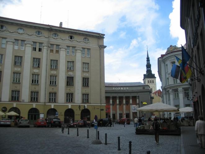 Zde už konečně vstupujeme do starého města. V Tallinnu jsou vlastně dvě stará města, ale k tomu se ještě dostaneme. Karjavärava plats s kinem Sõprus, jedním z pouhých 4 kin v celém hlavním městě.