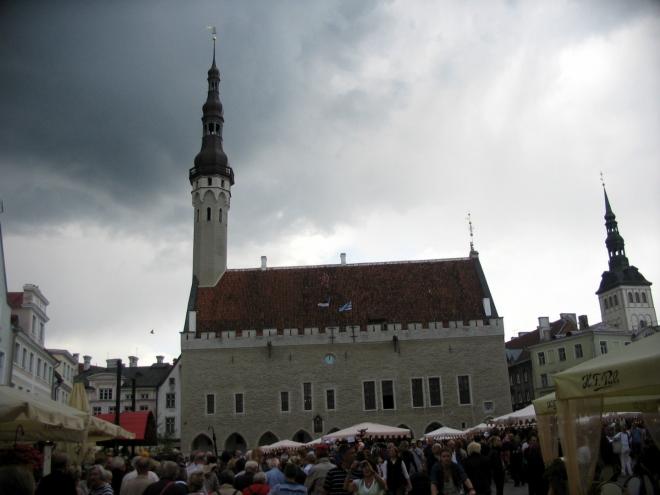Tallinn má jako jediné město v severní Evropě původní gotickou radnici, s výjimkou 64metrové věže přečkala v celku i druhou světovou válku. Zajímavostí je korouhvička v podobě Starého Tomáše (Vana Toomas), legendárního strážce města, jehož měděná verze dohlíží na pořádek už skoro 500 let.