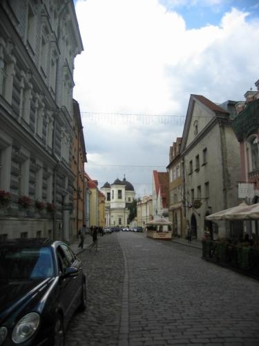 Boční uličky jsou většinou prázdné, zástupy turistů se drží hlavně při náměstí.