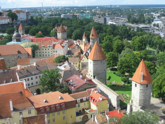 Velkým pokladem Tallinnu jsou městské hradby. Z 2,4 km původní zdi se dochovalo celých 1,9 km a snad i ty nejmenší hradební věže a branky mají své jméno. V popředí věž Plate, dále Köismäe, Loewenschede, drobná Nunnadetagune, Kuldjala, mrňavá Sauna a Nunna úplně vzadu.