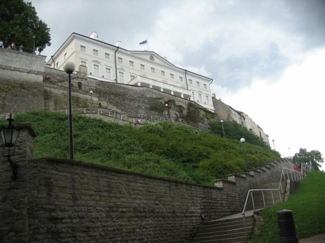 Za chvíli už šplháme na vrch Toompea. Na snímku Stenbockův dům, důstojně umístěné sídlo estonské vlády.