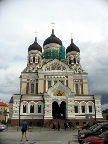 Nepřehlédnutelná je též pravoslavná katedrála Alexandra Něvského z konce 19. století, která tu dnes stojí jen náhodou. Roku 1924 měl být symbol nenáviděné rusifikace zničen, bourači však měli málo peněz a chrám moc pevnou konstrukci. Za Sovětů pak stavba dále chátrala, řádné péče se jí dostává až v novodobém Estonsku.