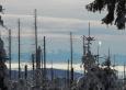 Masív Dachsteinu mezi kapkami z tajícího sněhu.