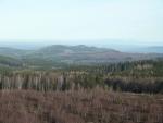 světlý bod na kopci v dálce je velká pozorovatelna dělostřelecké palby