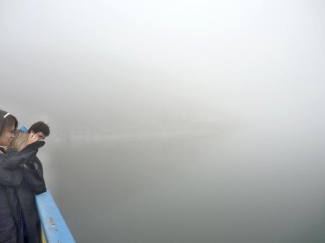 Ranní probuzení Oravské přehrady zahalené mlhou