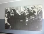 Dobové foto přicházejících židů z Maďarska