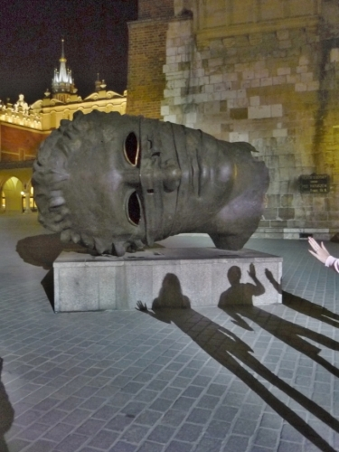 Železná maska na Rynku a stíny vyvolených