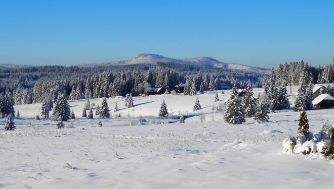 Podobně jako Psaroslav o týden dříve (viz jeho článek) patří první fotka zimní krajině okolo Filipovo Hutě a vzdálenému Roklanu.