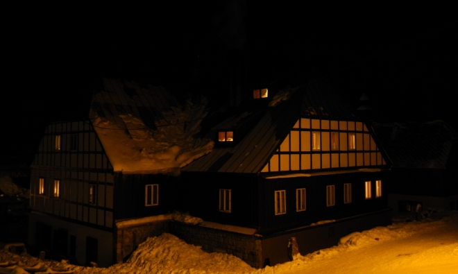 Bienertova pila. Modrava byla dříve rybářskou osadou (první doložená zmínka je z r.1614). V roce 1799 koupil kníže Schwarzenberg od hraběte Kinského rozsáhlé území Prášilského panství (kam Modrava patřila), aby využil obrovského bohatství dřeva ze zdejších rozsáhlých lesů. Určitý druh smrkového dřeva se tady vyznačoval zvláštní vlastností a tou byla ozvučnost - rezonance. Dřevo proto bylo vhodné na výrobu klávesových nástrojů, konkrétně rezonančních desek, žebrování pro stavbu křídel a pianin a také jejich klávesnic. Toho chtěl využít podnikatel Franz Bienert (narozen 4.2. 1788 v Horní Chřibské) a roku 1827 zakoupil od majitele panství Josefa Schwarzenberga starší pilu, stojící na levém břehu Roklanského potoka v Modravě a adaptoval ji na vhodný tovární objekt (zdroj penzion Modrava).