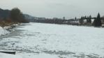 řeka nad jezem je ještě zamrzlá ...