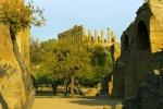 Městské hradby s tzv. byzantskými oblouky (Arcosoli Bizantini). Pod hradbami se rozkládá římská nekropole.