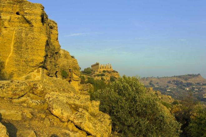 Městské hradby s Tempio di Giunone na pozadí