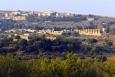 Pohled z Valle dei Templi na hřbitov v Agrigentu