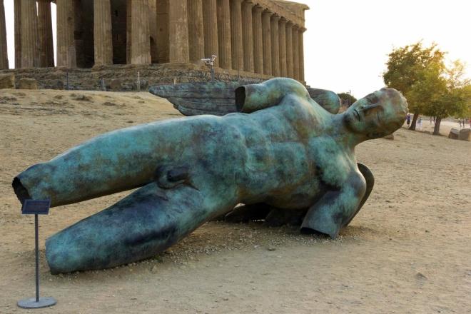 """Skulptura """"Padlý Ikarus (Ikaro caduto)"""" od Igora Mitoraje (1944) z roku 2011 před Tempio della Concordia (Chrám svornosti)"""
