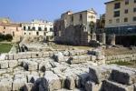 Apollónův chrám byl postaven v 6. století př. n. l. Dodneška se z něj mnoho nedochovalo, pouze dva dórské sloupy. Není ale vůbec jisté, zda byl chrám zasvěcen bohu Slunce Apollónovi nebo bohyni lovu Artemidě. Nachází se na Ortygii.
