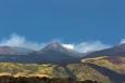 Tohle není Etna, ta je vidět až na panorámatu včetně tohoto vrcholu. Zaujal mě zde ten vystupující dým