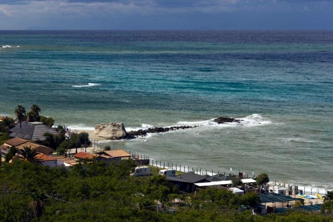 ... tak i na okolní moře, hýřící mnoha barevnými odstíny