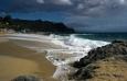 Vlny a opuštěná pláž
