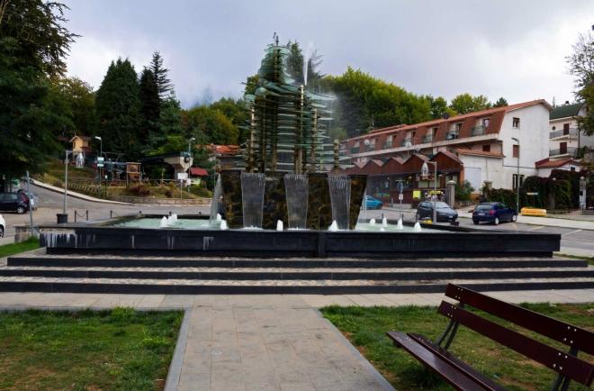 Národní park Aspromonte - město Gambaria, kašna na náměstí, vpravo infocentrum