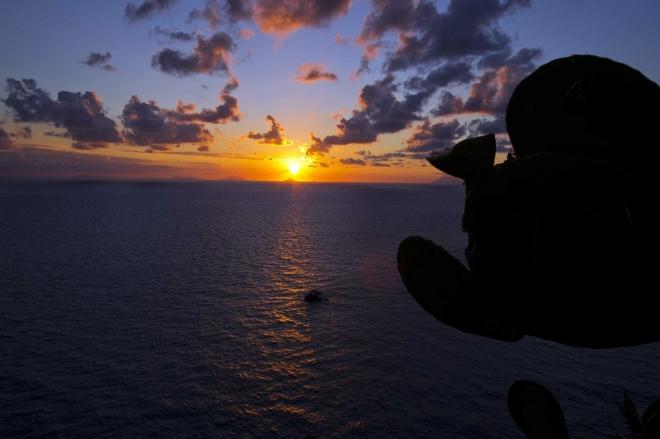 Poslední fotografie z dovolené. Západ slunce od majáku Belveder v Capo Vaticano